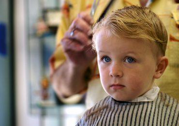 Мальчик во время стрижки